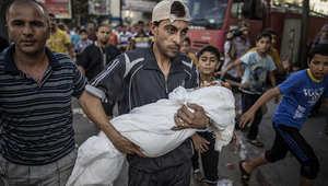 فلسطيني يحمل جثة قريبته البالغة من العمر عامين بعد مقتلها شمال غزة