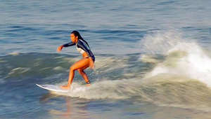 تعرف على الإندونيسية الوحيدة التي تمارس رياضة ركوب الأمواج