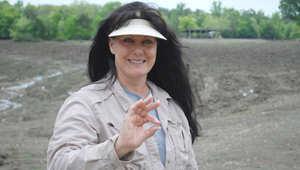 سوزي كلارك تحمل الماسة في يدها