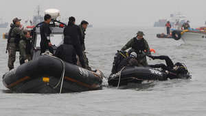 فريق الغوص خلال مهمة للبحث عن ضحايا العبارة الكورية