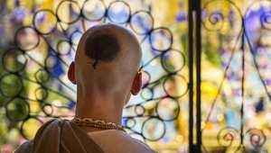 """ناسك هندوسي يشارك في احتفالات """"ديوالي"""" أو عيد الأنوار في معبد بمدينة واتفورد البريطانية"""