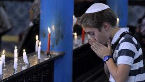 صبي يهودي يصلي في الكنيس بجزيرة جربا التونسية