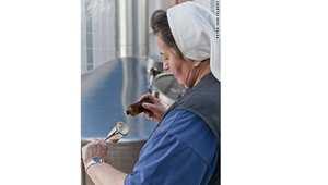 في خضم ثقافة الجعة المحلية في بافاريا، تعتبر الأخت دوريس دليلاً حياً على أن المرأة في ألمانيا ليس مقدراً لها فقط أن تعمل كنادلة تقدم الجعة في الحانات،