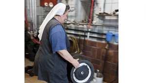 وتقول الأخت دوريس بأنها أفضل من يصنع الجعة ذات المذاق المميز، لأنها تؤمن بأنها من الأشياء المفضلة لدى الآلهة