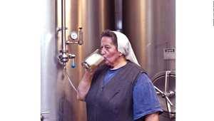 تقول الأخت دوريس بأن هنالك علاقة عكسية بين حجم مصنع التخمير ونوعية الجعة