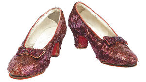 هذا الحذاء الأحمر يخضع لترميم بقيمة 300 ألف دولار