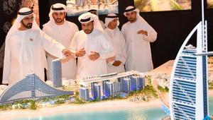 محمد بن راشد يطلع على مجسم المشروع السياحي