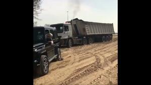 شاهد ما فعله ولي عهد دبي الشيخ حمدان بن محمد مع شاحنة عالقة في الرمال
