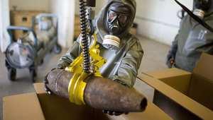 عامل ألماني خلال تدريبات على تدمير الكيماوي السوري