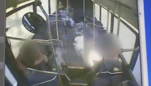 يدخن سيجارة الكترونية على متن حافلة.. وفجأة!