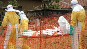 عاملون في منظمة أطباء بلا حدود يحملون أحد ضحايا فيروس إيبولا في غنينا
