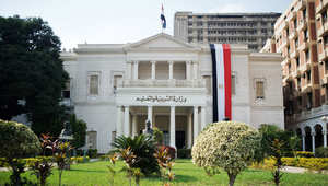 مصر.. مديرة مدرسة تهدد بخلع ملابسها بمكتب وزير التعليم