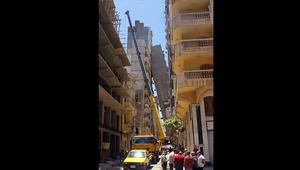 """عقار يسقط وآخر يميل في الإسكندرية.. ورئيس الحي يرجع الأمر لعدم وجود """"خوازيق"""""""