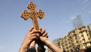 صورة أرشيفية لصليب رفع في إحدى المظاهرات بالقاهرة