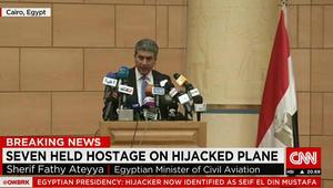 وزير الطيران المصري: لسنا متأكدين من وجود متفجرات حقيقية مع الخاطف و7 رهائن ظلوا على الطائرة