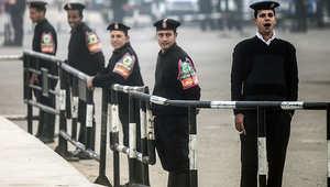 عناصر من الشرطة المصرية على أحد الحواجز الأمنية بالقاهرة