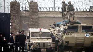 قوات الأمن المصرية تقف خارج أكاديمية الشرطة أثناء محاكمة مرسي