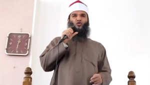 بالفيديو.. شيخ مصري يروي قصة رجل دعا على السيسي فشُلّ لسانه