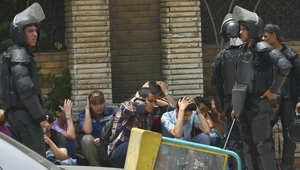 عناصر أمن مصرية تحرس مجموعة معتقلة من أنصار الإخوان