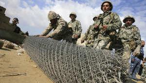 جنود من حرس الحدود المصري ينصبون سياجا عند الحدود مع رفح الفلسطينية، يناير/ كانون الثاني 2008