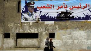 لافتة كبيرة علقت في الاسكندرية تؤيد ترشيح السيسي رئيسا لمصر
