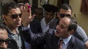 عبد الفتاح السيسي بعد خروجه من مركز للاقتراع شمال القاهرة