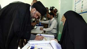 مقتدى الصدر أحد القيادات السياسية الشيعية في العراق يدلي بصوته في مدينة النجف