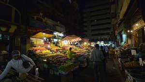 مصريون يتسوقون في أحد أسواق الخضار بالقاهرة