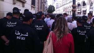 """قوات الأمن الجزائرية تمنع بالقوة احتجاج صحفيي قناة """"الوطن"""" ضد إغلاقها"""