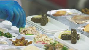 كوسا محشي وبقلاوة..كيف يُحضر طعام الطائرة؟