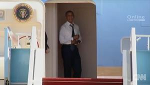 شاهد أوباما ينتظر بيل كلينتون دون صبر على الطائرة