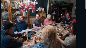 مارك زوكربيرغ يفاجئ هذه العائلة وينضم لها في وجبة العشاء