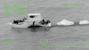 """""""لولاه لمتنا غرقا"""".. رجل يُنقذ 26 شخصا من الغرق"""