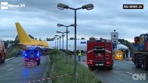 طائرة تقطع الطريق العام في إيطاليا