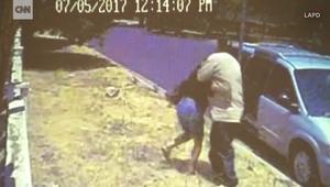 شاهد.. كاميرا مراقبة توثق لحظة اختطاف فتاة في لوس انجلوس