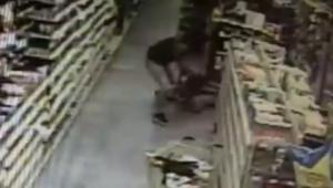 كاميرا مراقبة تلتقط رجلاً يحاول خطف فتاة من والدتها