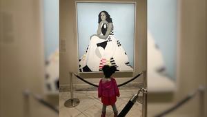 شاهد.. ميشيل أوباما ترقص مع طفلة مذهولة من لوحتها