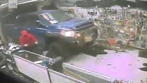 لصوص ينهبون متجر أسلحة باستخدام شاحنة في 31 ثانية