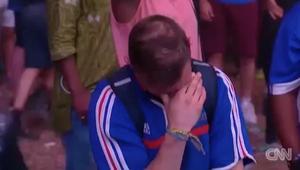 """شاهد.. لحظة مؤثرة لصبي برتغالي يواسي مشجعا فرنسيا بعد فوز البرتغال بـ""""يورو 2016"""""""