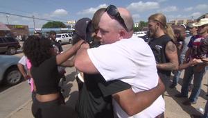 بالفيديو: السود والبيض في دالاس يجتمعون معا ويصلون لمدينتهم