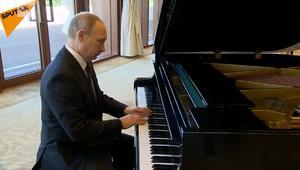بوتين يستعرض موهبة أخرى.. العزف على البيانو