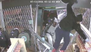 شاهد.. كاميرات المراقبة ترصد اقتحام لصوص لمتجري أسلحة في ليلة واحدة بكاليفورنيا