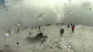 لحظات هروب مرعبة من ثوران بركان