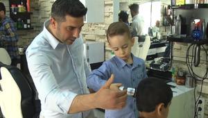 رجب التركي.. حلاق محترف عمره 4 سنوات