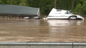 بالفيديو: مقتل 14 شخصا إثر فيضانات وعواصف رعدية في ولاية فيرجينيا الغربية