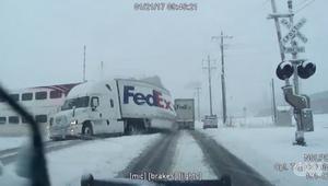 شاهد.. قطار سريع يقسم شاحنة على القضبان