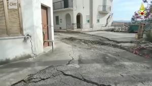 شاهد.. انهيار أرضي يمزق بلدة إيطالية