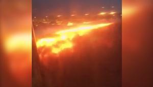 شاهد.. اندلاع حريق بطائرة سنغافورية بعد هبوط اضطراري