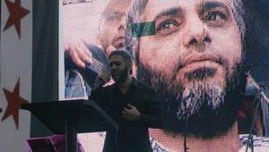 فضل شاكر ينشد خلال تجمع مناصر لسوريا