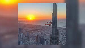 نشر ولي عهد دبي، الشيخ حمدان بن محمد بن راشد آل مكتوم مقطع فيديو يظهر فيها واقفا على طائرة شراعية تطير باتجاه برج خليفة